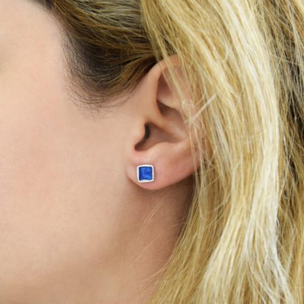 Χειροποίητα καρφωτά σκουλαρίκια τετράγωνα μικρά ασήμι 950 με σκούρο μπλε σμάλτο KON-S2T8